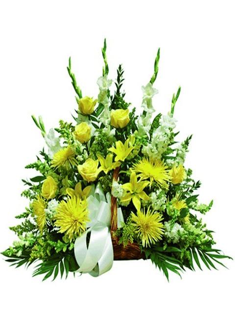 cesto di rose e fiori gialli e bianchi